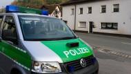 Grausiger Fund: Die Polizei fand in einem Haus in Wallenfels acht teils stark verweste Babyleichen.