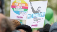 """Das Plakat von Björn Höcke mit ausgestrecktem Arm und der Überschrift """"Nie wieder"""" gab es schon auf der Demonstration gegen den AfD-Bundesparteitag 2017 in Köln."""