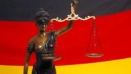 Ein Familienvater wurde wegen Mordes an seinen beiden Kindern zu lebenslanger Haft verurteilt.