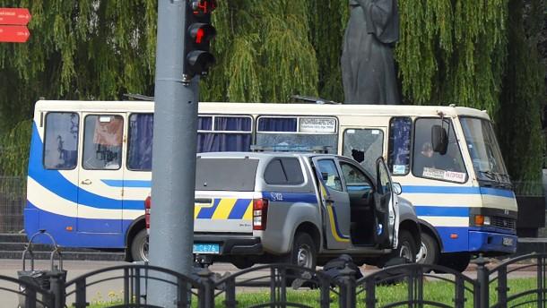 Bewaffneter kidnappt Bus mit 20 Insassen