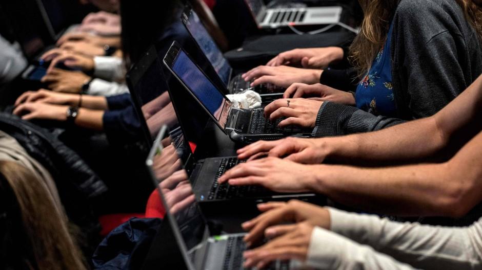 Laptops werden immer schneller und leichter, wir können überall online gehen, doch im Bruttoinlandsprodukt sieht man davon wenig.