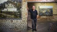 Eine lange Reise zu Orten deutscher Geschichte: Rainer Viertlböck  in den Ausstellungsräumen der KZ-Gedenkstätte Flossenbürg.