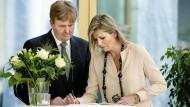Gedenken der Opfer: König Willem-Alexander und Königin Máxima schreiben in ein Kondolenzbuch