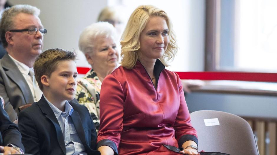 Manuela Schwesing (43), Ministerpräsidentin, mit Sohn Julian (10), Privatschüler