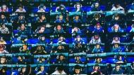 """Kann man im Sitzen Sport treiben? Teilnehmer der """"Fortnite""""- WM auf einer Videowand im Arthur Ashe Stadion in New York."""