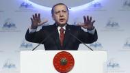Hebt ab: Der türkische Präsident Erdogan am 17. Oktober in Istanbul, als er die Beteiligung der Türkei bei der Befreiung von Mossul ankündigte.