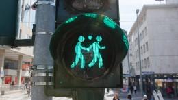 Auf der Ampel leuchtet ein Homo-Paar