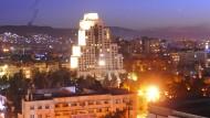 Rauch am Himmel von Damaskus. Das Foto wurde von der syrischen Nachrichtenagentur Sana verbreitet und soll die syrische Hauptstadt nach dem Militärschlag in der Nacht zeigen.