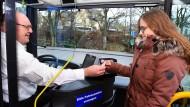 Mehr Nähe zum Kunden: Fahrkartenkontrolle direkt beim Busfahrer.