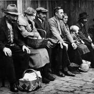 Menschen vor einer Erwerbslosenküche in Frankfurt am Main: Die Not der Arbeitslosen ist groß (Archivbild aus dem Jahr 1931).