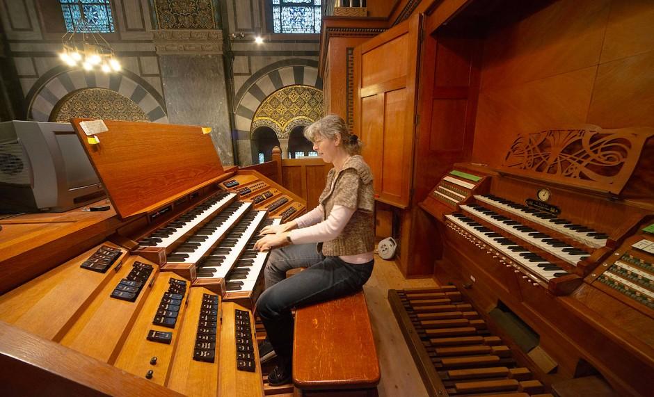 Klangvoll: Die Kantorin am neuen elektrischen Spieltisch der Orgel.