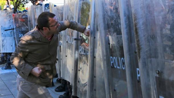 Proteste gegen Dialog von Serben und Kosovaren