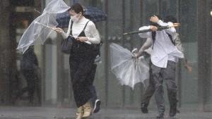 """Taifun """"Mindulle"""" trifft auf japanische Küste"""