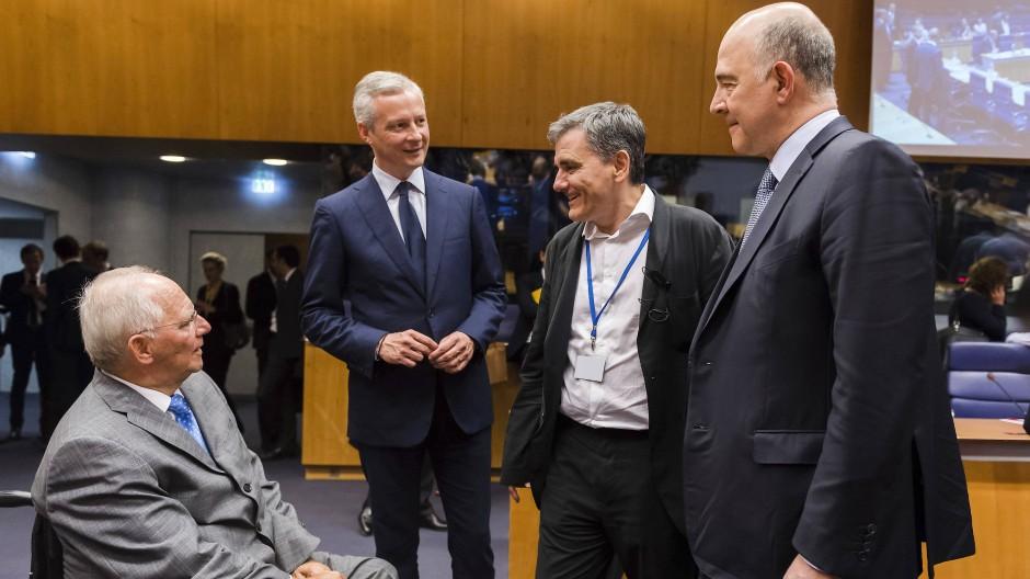 Der deutsche Finanzminister Wolfgang Schäuble (l.) mit Kollegen beim Treffen der Euro-Finanzminister in Luxemburg