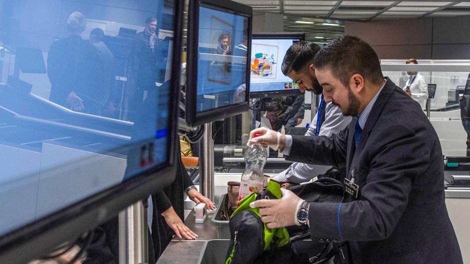 Für eine sichere Reise: Mitarbeiter der Flughafen-Sicherheit durchsuchen Gepäckstücke.