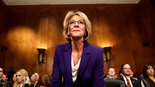 Trumps Bildungsministerin knapp bestätigt