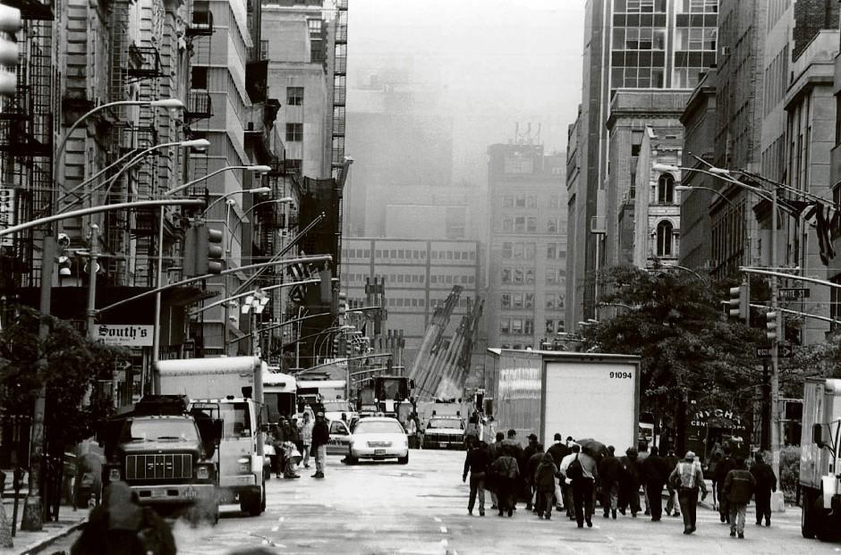 """In den Tagen nach dem 11. September ist nichts mehr wie zuvor. Aus vielen Straßen im Süden von Manhattan blickt man auf den riesigen Trümmerhaufen, der nun """"Ground Zero"""" genannt wird."""