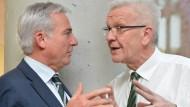 Enge Zusammenarbeit: Innenminister Strobl und Ministerpräsident Kretschmann im März.