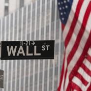 """Ein Straßenschild mit der Aufschrift """"Wall Street"""""""