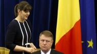 Sie ist die oberste Korruptionsjägerin Rumäniens: Laura Kövesi, Chefin der Antikorruptionsbehörde DNA, mit dem rumänischen Präsidenten Klaus Johannis