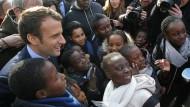 Hipp, hipp, hurra, der Kandidat ist da: Macron mit Schülern der Grundschule Molière in Les Mureaux