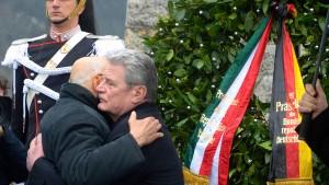Gauck gedenkt der Opfer deutscher Kriegsverbrechen