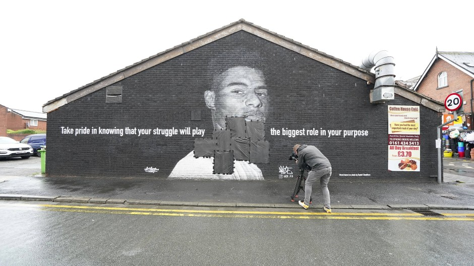 Schwarze Planen kleben an der Stelle, an der das Graffito von Englands Marcus Rashford beschmiert worden war.