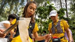 Zwölfjährige sammelt Plastik