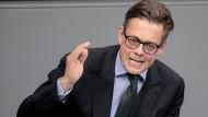 Der Grünen-Politiker Konstantin von Notz sieht die Pläne der Bundesregierung sehr kritisch.