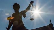 Unternehmen, die in den Vereinigten Staaten vor Gericht landen, müssen mit Strafen rechnen. Darum schließen sie vorher Vergleiche und vermeiden es, in den Fokus der Justiz zu geraten.