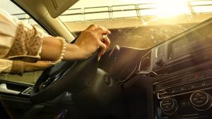 Kleiner Junge sperrt sich selbst in heißem Fahrzeug ein