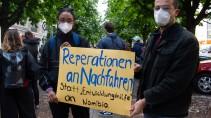 Sollen Nachfahren von Völkermord-Opfern in Namibia direkte Reparationen erhalten? Demonstranten in Berlin geht das geplante Versöhnungsabkommen nicht weit genug.