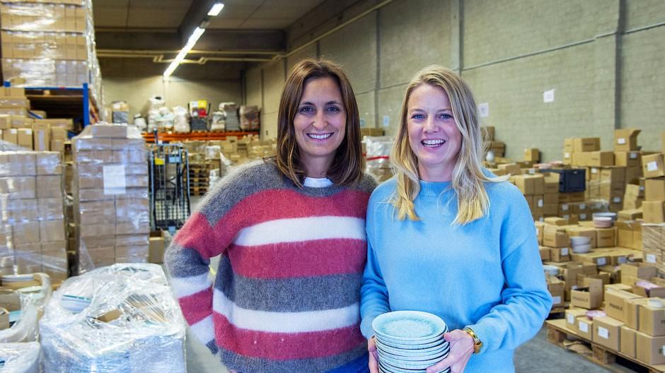 Zwischen Tellern und Tassen:  Laura Castien und Anna von Hellberg im Lager von Motel a Miio in München.