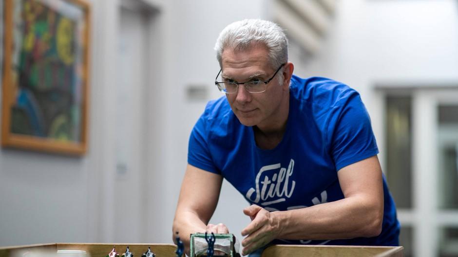 Abwehrbereit: Michael Kaus bei seiner Lieblingsbeschäftigung am grünen Tisch