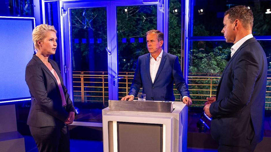 Manuela Schwesig, Moderator Andreas Cichowicz und Michael Sack beim TV-Duell in Mecklenburg-Vorpommern