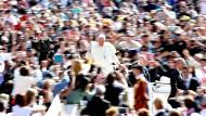 Hoffnungsträger: Papst Franziskus am Mittwoch auf dem Petersplatz