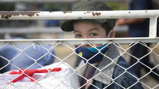Menschen warten auf die Grenzöffnung