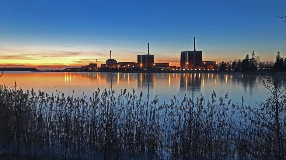 Abendsonne und Atomkraft: Auf der finnischen Insel Olkiluoto gibt es Kraftwerke und bald auch ein Endlager.