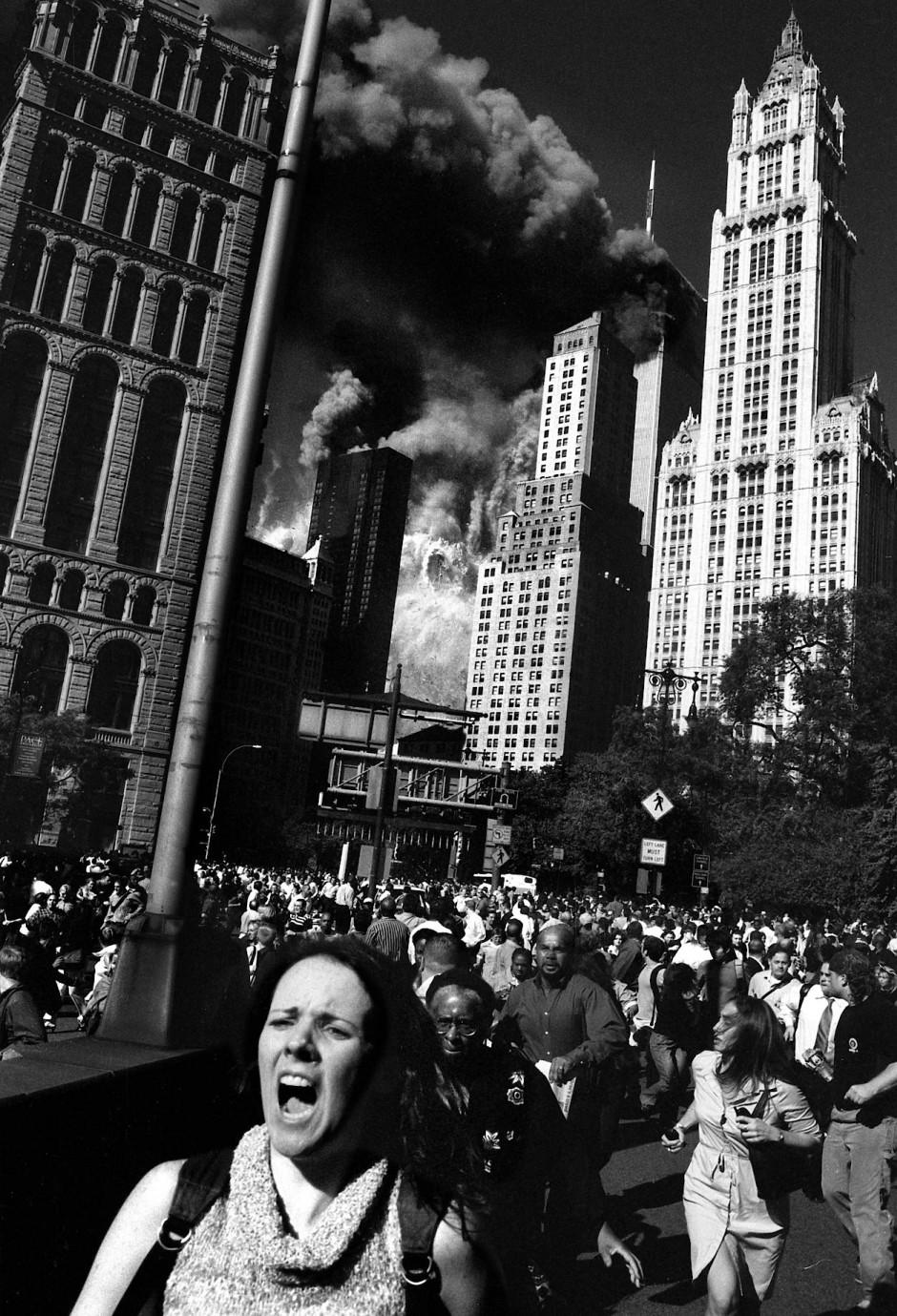 """Auch diese junge Frau läuft schockiert der Katastrophe davon. Just als sie an Fotograf Helmut Fricke vorbeiläuft, schreit sie vor Entsetzen auf. Das ikonische Foto erinnert entfernt an das Edvard-Munch-Gemälde """"Der Schrei""""."""