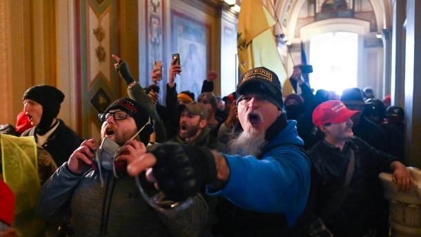 FBI warnt vor Aktionen bewaffneter Trump-Anhänger