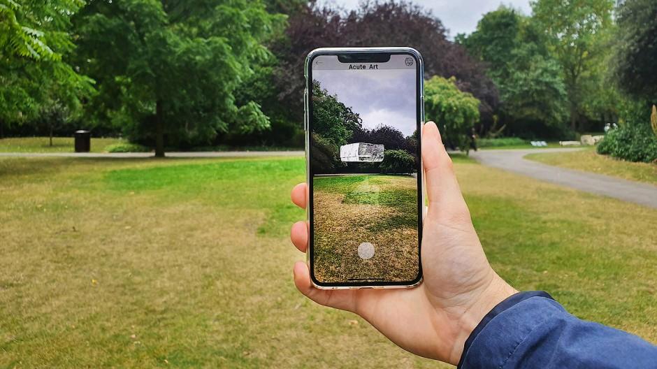 """Da schwebt doch was: Der virtuelle Eiswürfel im Kunstwerk """"Density"""" (2019) von Koo Jeong A lässt sich nur in einer App betrachten."""