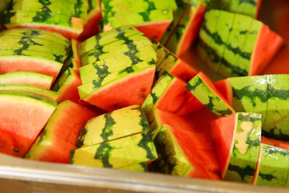 Der Name ist Programm: Die Wassermelone spendet reichlich Flüssigkeit, dazu viel Vitamin A und C.