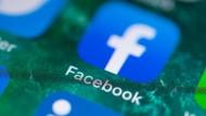 Auf dem Bildschirm eines iPhones wird die Facebook-App angezeigt.