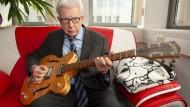 Privatspähre: Der hessische Datenschutzbeauftragte Michael Ronellenfitsch greift in seinem Büro zur Gitarre.