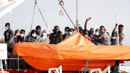 "Mehr als 400 Migranten verlassen Rettungsschiff ""Sea-Watch 3"""