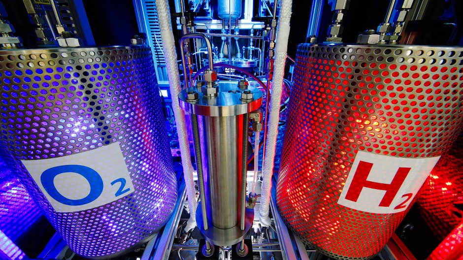 Versuchsaufbau zur Elektrolyse. Hier wird Wasser aufgespalten in Sauerstoff und Wasserstoff, welcher z.B. in Brennstoffzellen zum Einsatz kommt.