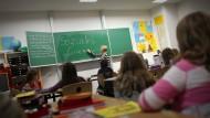 Volle Klassenräume: In Wiesbaden bringt der Kindesegen manche Schulen an die Leistungsgrenze.