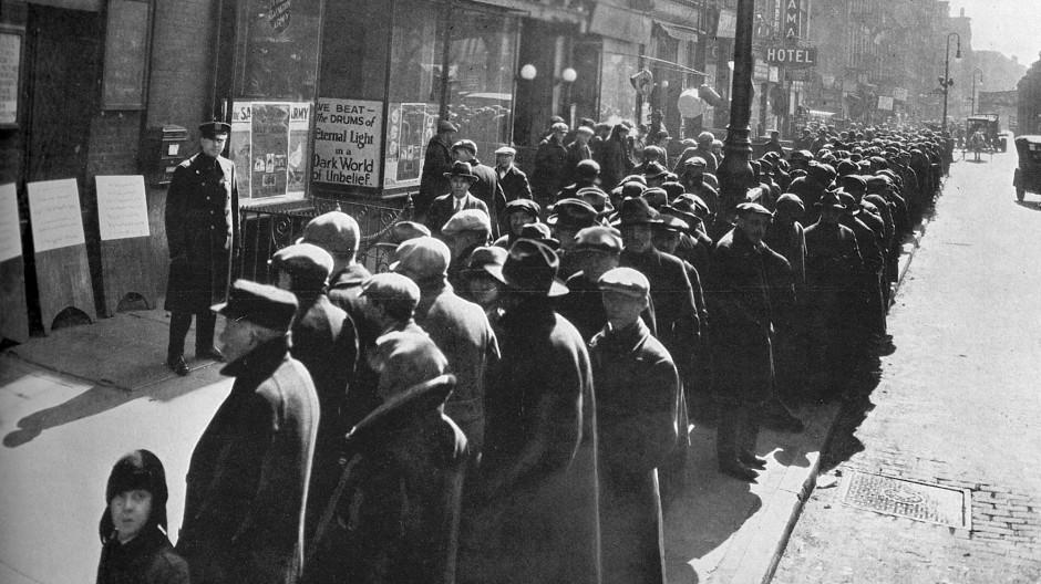 New York um 1929: Bedürftige warten in einer Schlange auf kostenloses Essen. Weltweit sind viele Menschen arbeitslos.