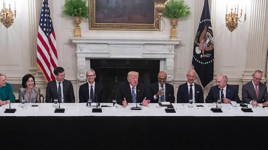 Auf Tuchfühlung mit der Wirtschaft: Präsident Donald Trump mit den Chefs amerikanischer IT-Konzerne bei einem Treffen im Weißen Haus im Juni 2017