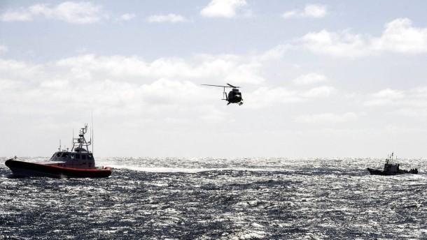 Dutzende Flüchtlinge nach Schiffsunglück vermisst